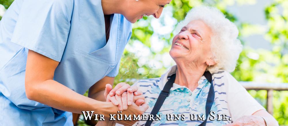 Pflegerin begrüßt Patientin